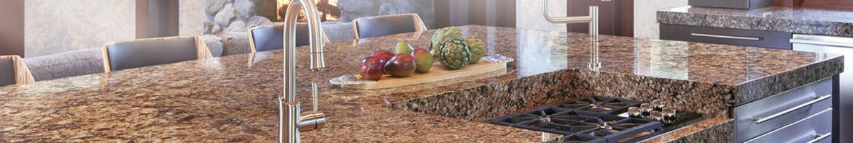 Каменная столешница – дорогая изюминка кухни
